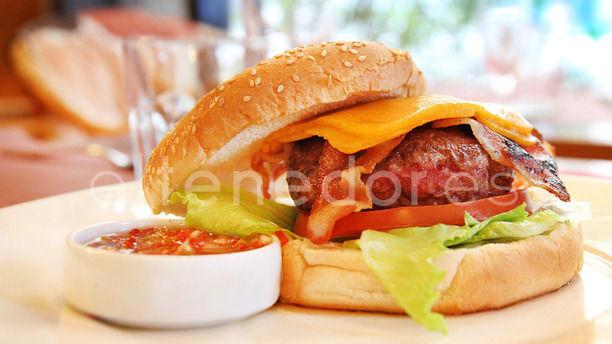 Bang Bang Hamburguesa americana con bacon y queso cheddar