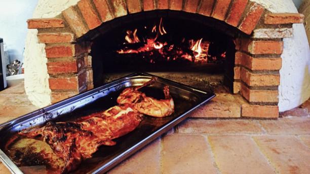 Restaurante la casa vieja horno de le a en santiago del for Horno de lena con hornilla