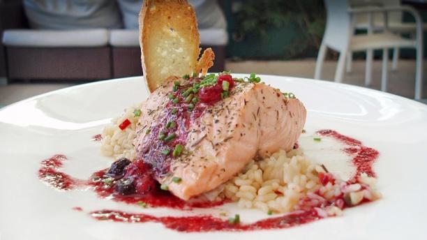 Vall Parc Restaurant salmón glaseado con frutos rojos