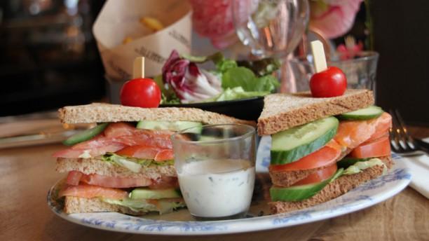 Café Cassette Club Sandwich au Saumon, frites maison et salade