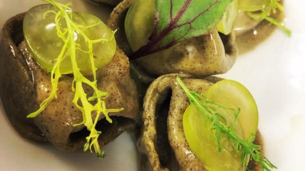 Fvsion Cortina Restaurant Raviolo alla canapa,ragout di anatra,riduzione di sedano rapa e uva bianca