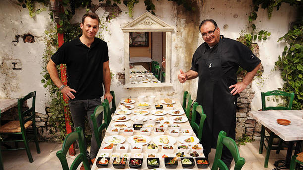 Kreta Mezes & Grill Eigenaren met diverse Griekse Mezes