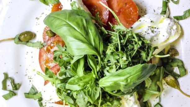A Tavola Burrata ,Tomates, Basilic et Capres