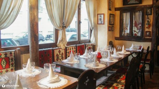 Restaurant zavicaj au pays natal paris 75018 for Resto lasalle