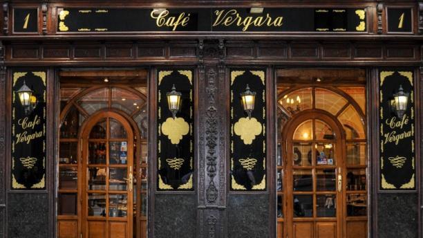 Café Vergara Entrada con decoración clásica