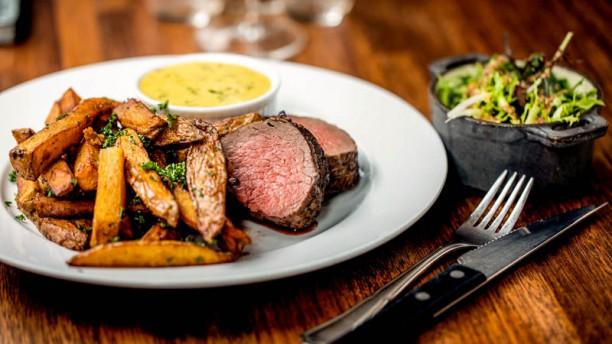 Restaurant Komfur Bøf Bearnaise | steak af oksemørbrad | pommes frites | Komfurets grønne salat | sauce bearnaise