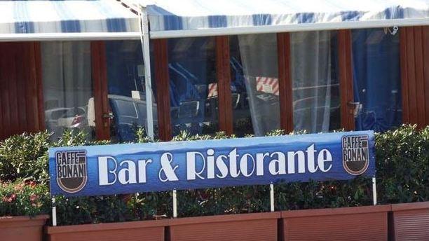 Ristorante Bar dello Yacht Club esterno bar ristorante.JPG