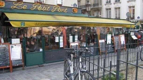 Le Petit Pont Devanture et terrasse du restaurant Le Petit Pont