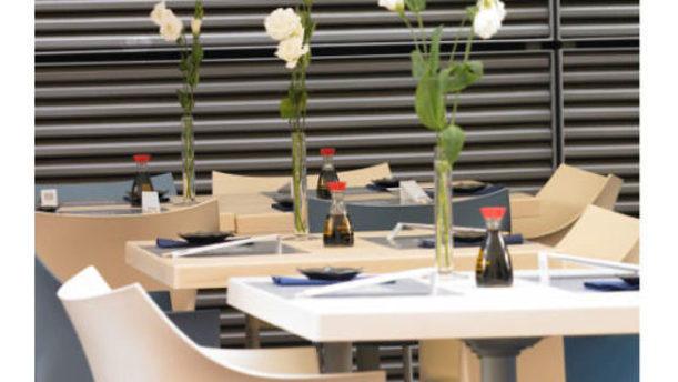 Toro Sushi & Restaurant bei fiori bianchi sui tavoli