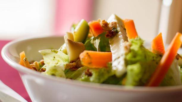 Trattoria Aurora - Alphaville rw Salada de Folhas com legumes a Julienne, queijo fresco, Granola e molho de ervas