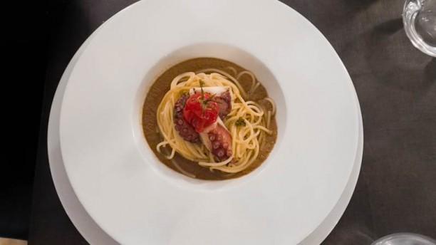 I Piaceri del Cibo Spaghetti al polpo e cozze con salsa di peperoni arrostiti