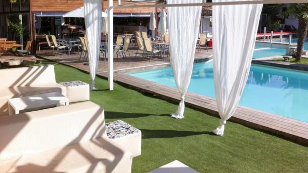 La maison du tennispart in aix en provence restaurant for Piscine miroir aix en provence