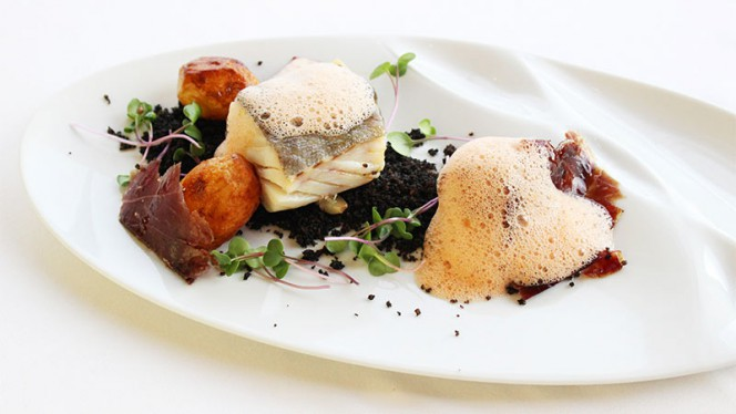 Bacalhau com Broa Negra, Batatas Salteadas, Presunto Pata Negro e Ar de Tomate - Via Graça, Lisboa