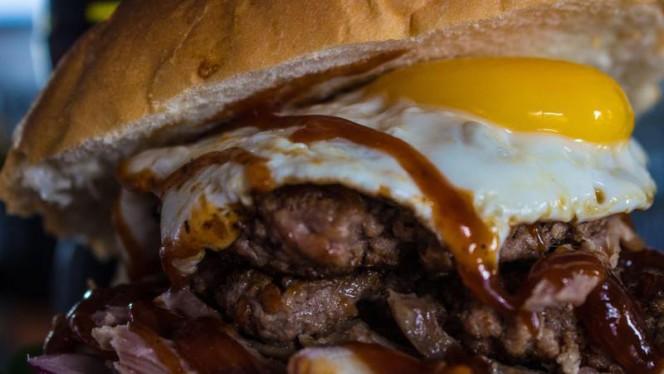 Pavarotti:2 Hamburger da 150gr l'uno,BBQ,maiale sfilacciato,cipolla e uovo. - Burger Art, Rome
