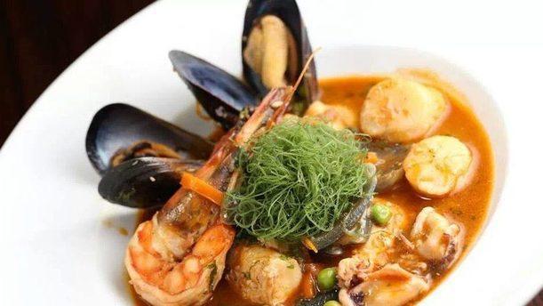 Revolucion Caliente gustosa zuppa di pesce