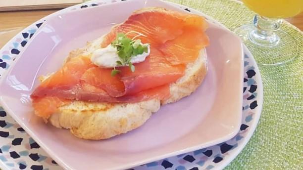 Serendipia tosta de salmon con aguacate y lima