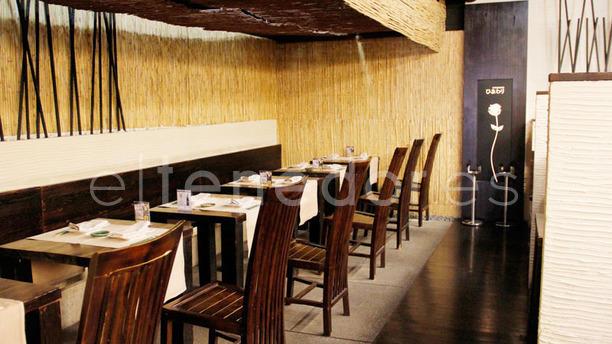 Himawari Sake Dining Mesas interior