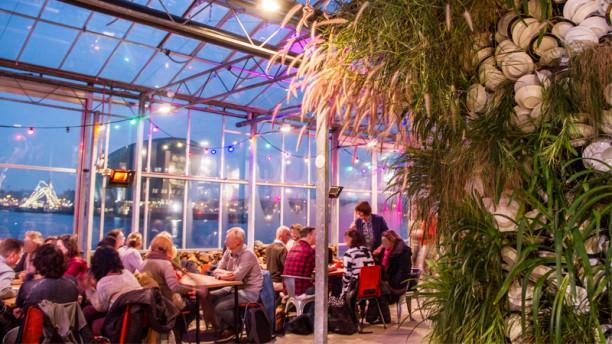Mediamatic ETEN Restaurant met uitzicht op Nemo en kunstwerk Hard Water