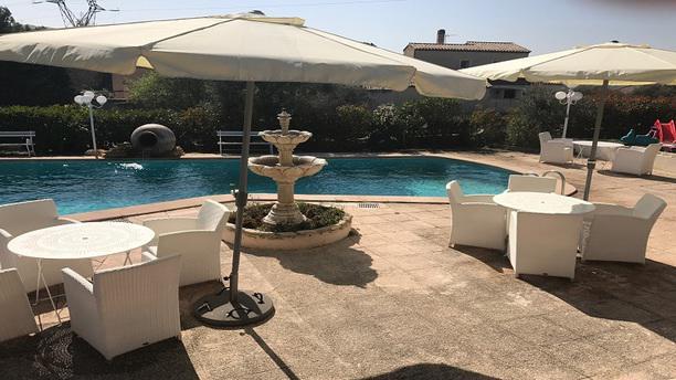 Lou mazet allauch 13190 restaurant 0491689000 for Restaurant avec piscine marseille