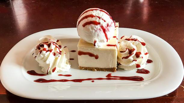 Tapas & Más Tarta de queso casera con helado de yogurt y grosella
