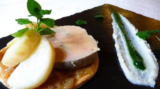 Le Poêlon Foie gras mi cuit, tartelette d'oignon au vinaigre de noix, céleri rave confit