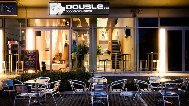 Double Food & Drink Cafè insegna in bianco e nero