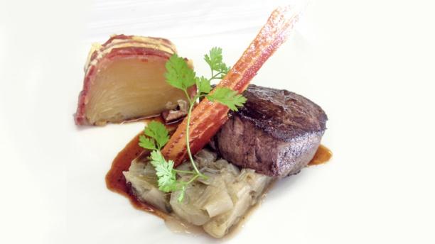 Le Picardy Filet de bœuf poêlée Sauce Marchand de vin, cake de pommes de terre et endives  braisées