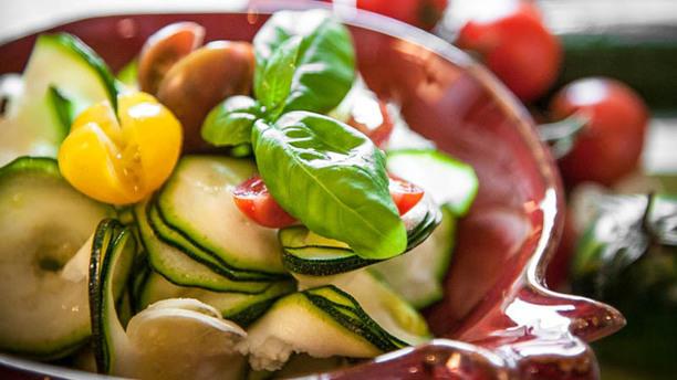 Festina Lente Spirali di zucchine con datterini gialli e basilico dell'orto