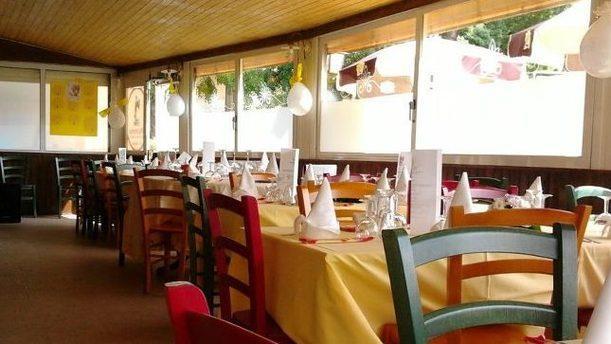 Pizzeria Sant'Anna festosa sala colorata