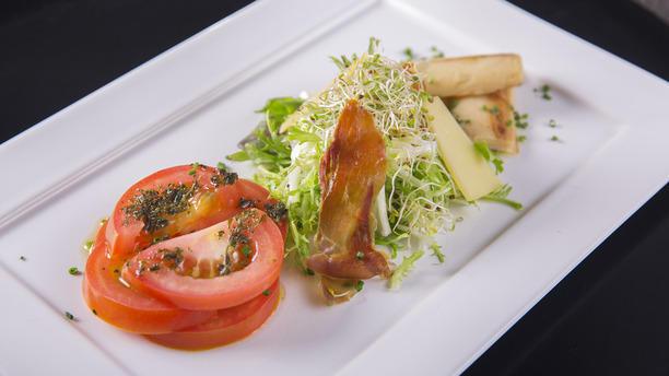 Prado.co rw Mix de folhas servida com gomos de tomate salada, toletes de palmitão assado, molho de  queijo e touiles de parma.