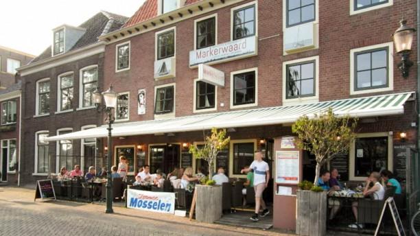 Brasserie Restaurant Markerwaard Verwarmd terras, ook in de winter goed vertoeven.