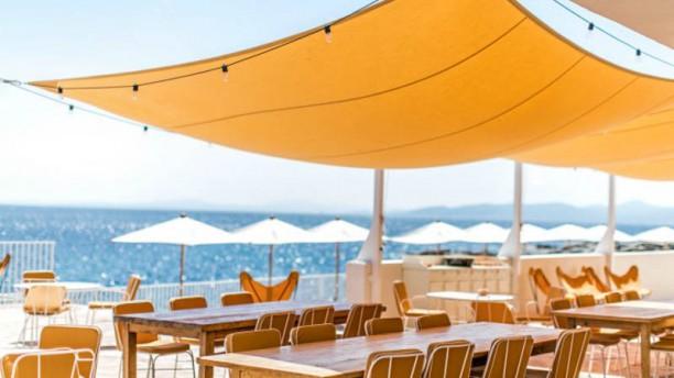 La Plage Le restaurant La Plage propose des saveurs provençales de saison, toutes issues de producteurs locaux.