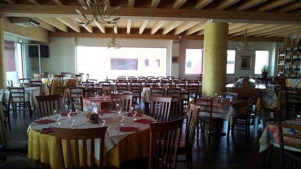 Scorpacciata grande sala con travi di legno al soffitto