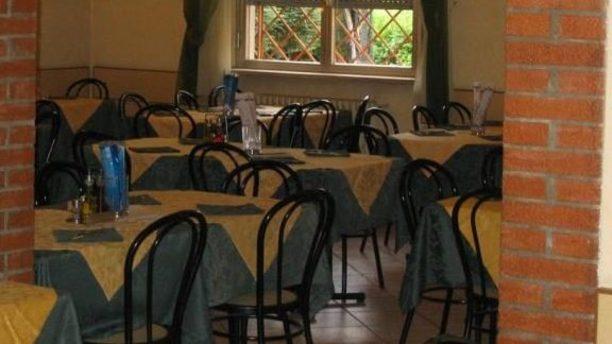 Al Ventaglio sedie nere e tovaglie colorate