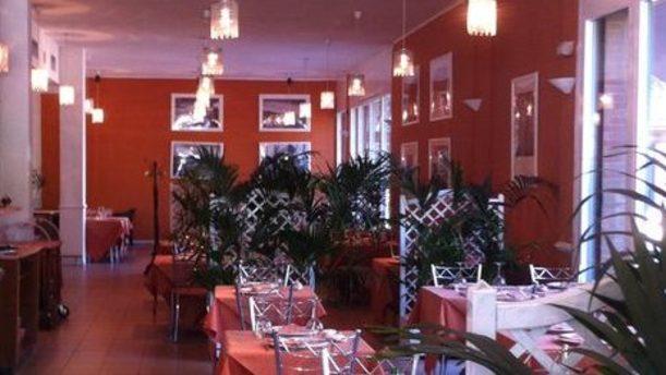 Borgo di Mare sala rossa e bianca con belle piante