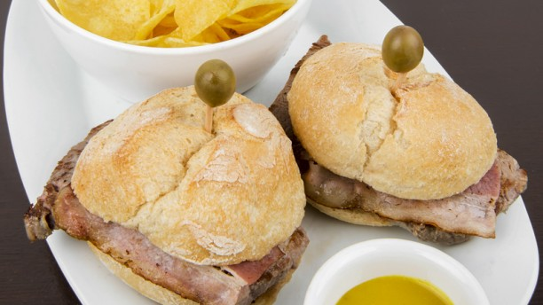 Bom de Sal Preguinho em pão (c/ bacon, mostarda e batata chips)