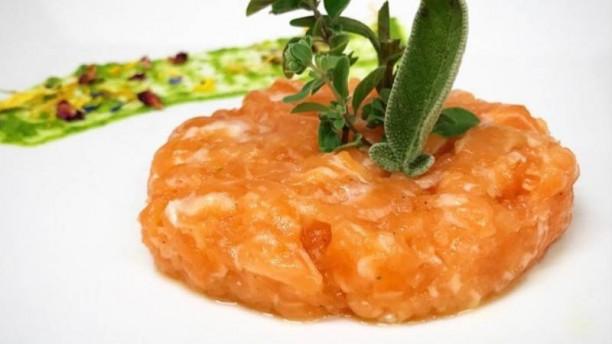 La Paranza Tartare di salmone, Maggiorana e salvia decorativa