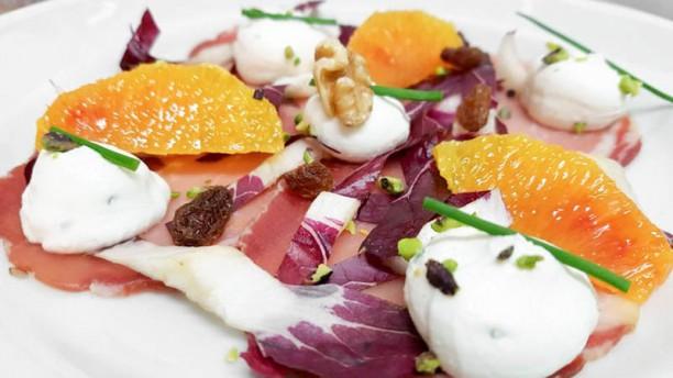 Sale Fino lonzino all'arancio con uvetta e spuma di formaggio erborinato