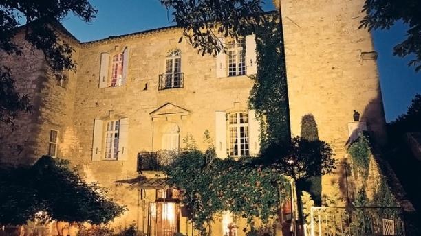 Château d'Arpaillargues - Le Marie d'Agoult Cour d'honneur soir d'été