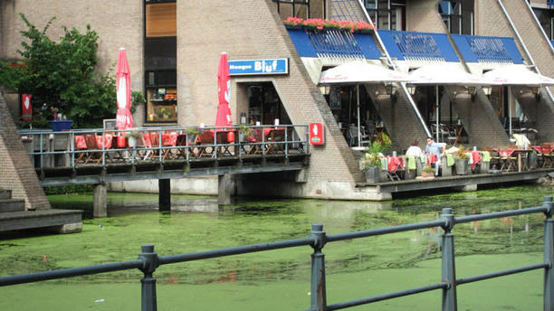 Eet- en Biercafe Haagse Bluf terras aan het water