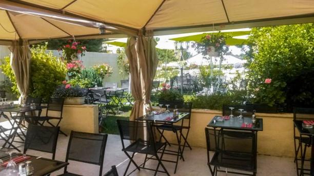 Restaurant brasserie le village roissy en france 95700 for Brasserie le jardin