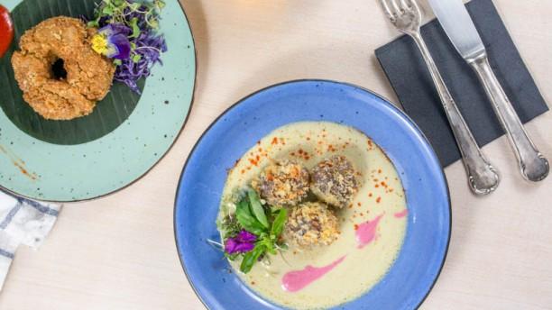 La Matapenas Albóndigas de ternera con salsa de curry verde acompañadas de gajos de yuca frita
