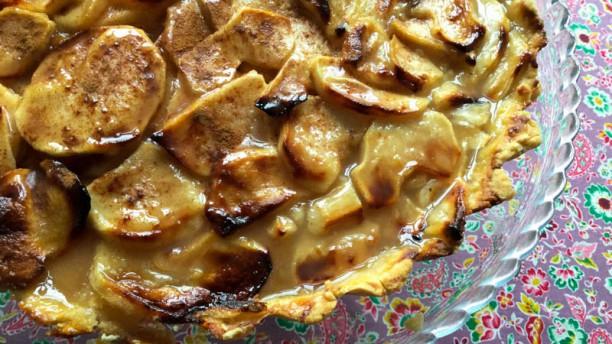 Remédio Santo Tarte de maçã reineta e coulis de lima