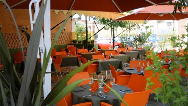 Le Terminus Terrasse, chaises rouges du restaurant Le Terminus