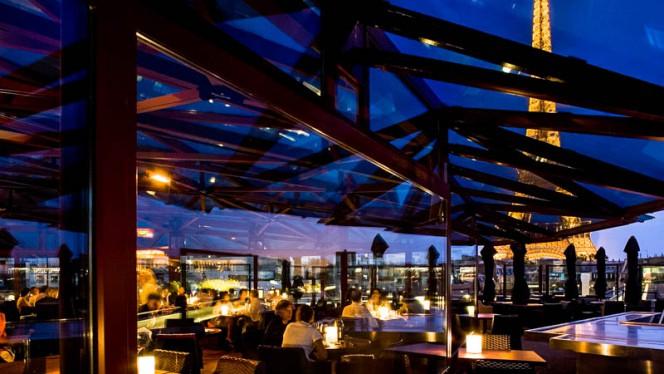 Dîner au restaurant - Les Ombres, Paris
