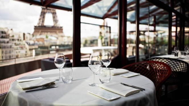 Dressage tables à l'interieur du restaurant - Les Ombres, Paris