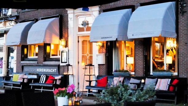 Brasserie Herengracht Ingang met legendarische zonnebankjes