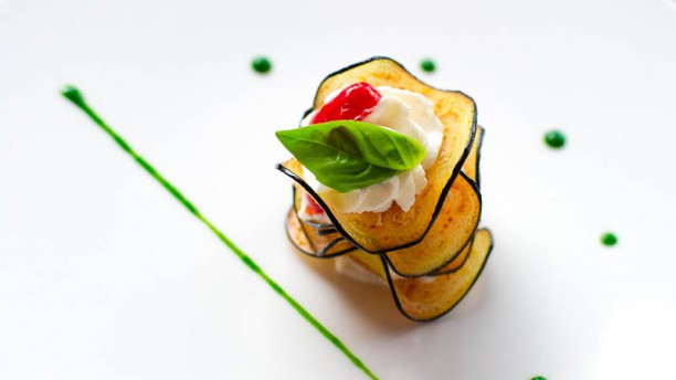 SUD Millefoglie di melanzana con crema di ricotta podolica, pomodoro confit e basilico