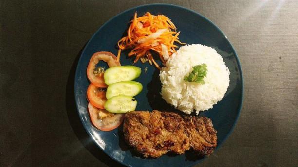 Chez Banoi Cotelette de porc marinée à la cotronnelle et grillée, riz nature, pickles maison, crudités