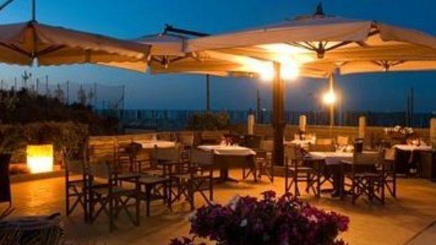 Bagno Vela terrazza sul mare illuminata la sera